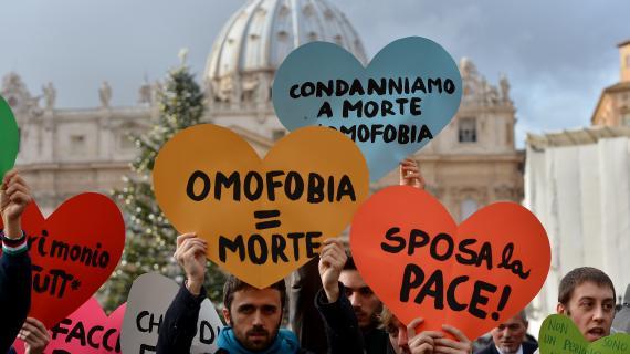 Des manifestants pour le mariage gay au Vatican, le 16 décembre 2012.