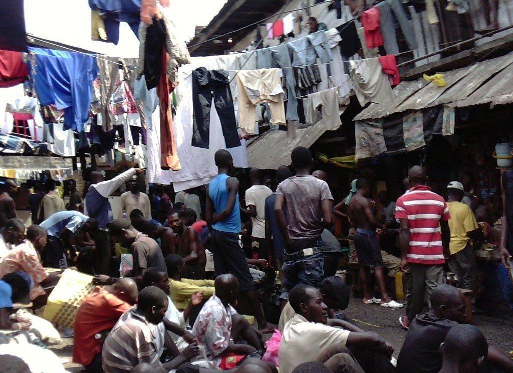 Photo prise clandestinement en décembre 2012 dans le quartier des hommes de la prison surpeuplée de Kondengui (Yaoundé), 4000 détenus pour 800 places. (Droits réservés.)