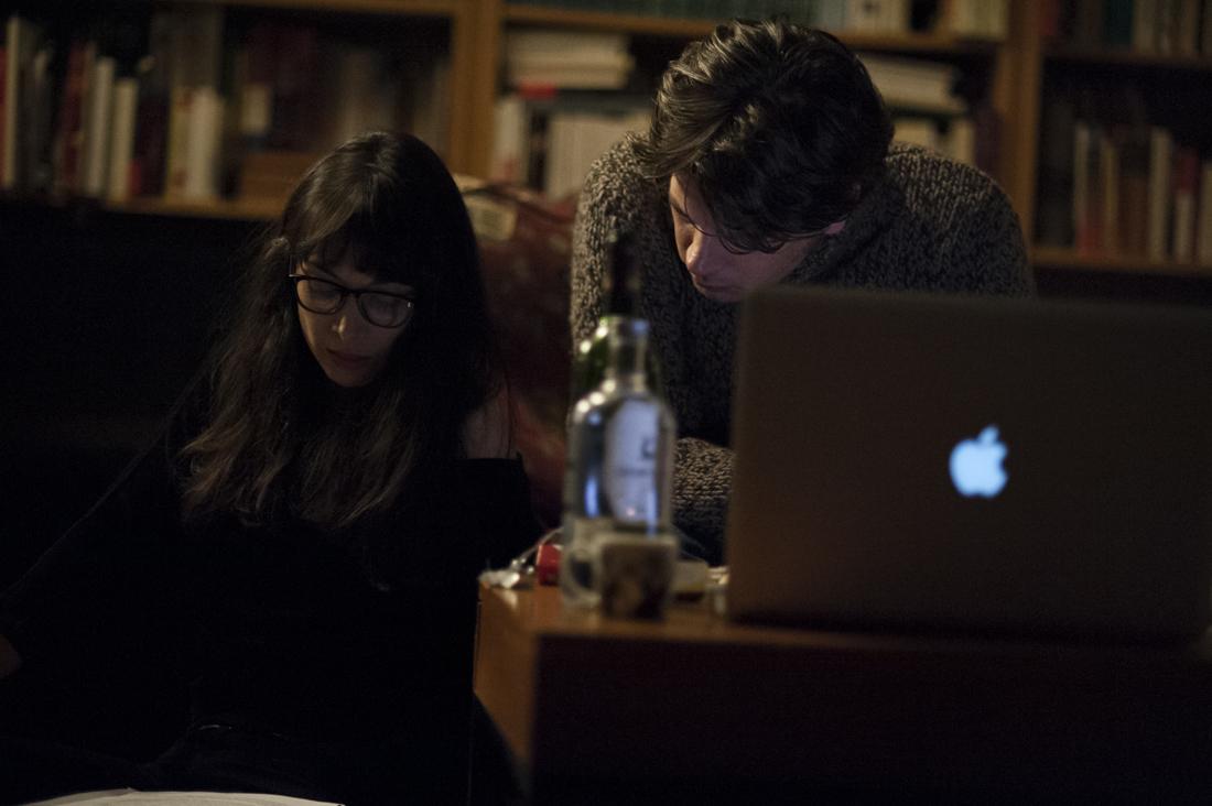 Yamini Lila Kumar et Benjamin Biolay sur le tournage de Doutes © Yann Revol