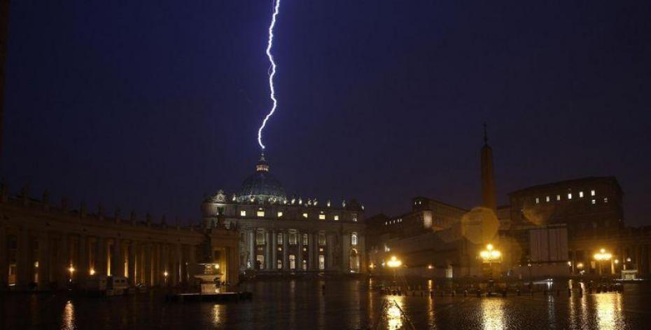 Photo de la foudre qui s'abat sur le Vatican après l'annonce de la démission du Pape Benoît XVI