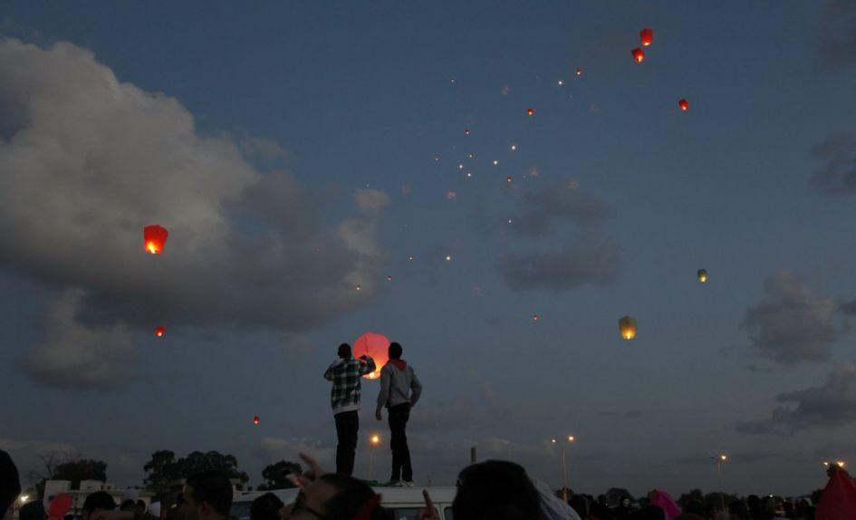 Les Libyens ont célébré le deuxième anniversaire de la révolution en lançant des lanternes dans le ciel.