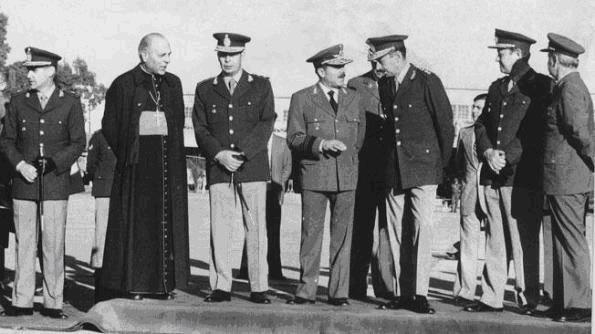 Le cardinal Bergoglio devisant avec la junte militaire argentine.