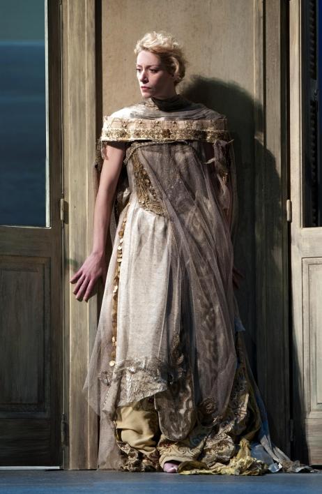 Elsa Lepoivre interprète Phèdre, à la Comédie Française, jusqu'au 26 juin 2013 . © Brigitte Enguérand