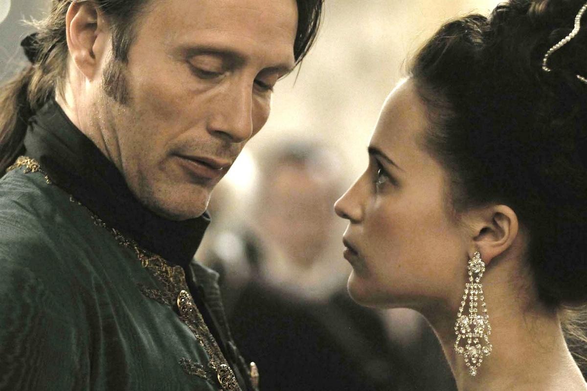 Mads Mikkelsen et Alicia Vikander interprètent Struensee et la reine Caroline Mathilde dans Royal Affair, de Nikolaj Arcel.