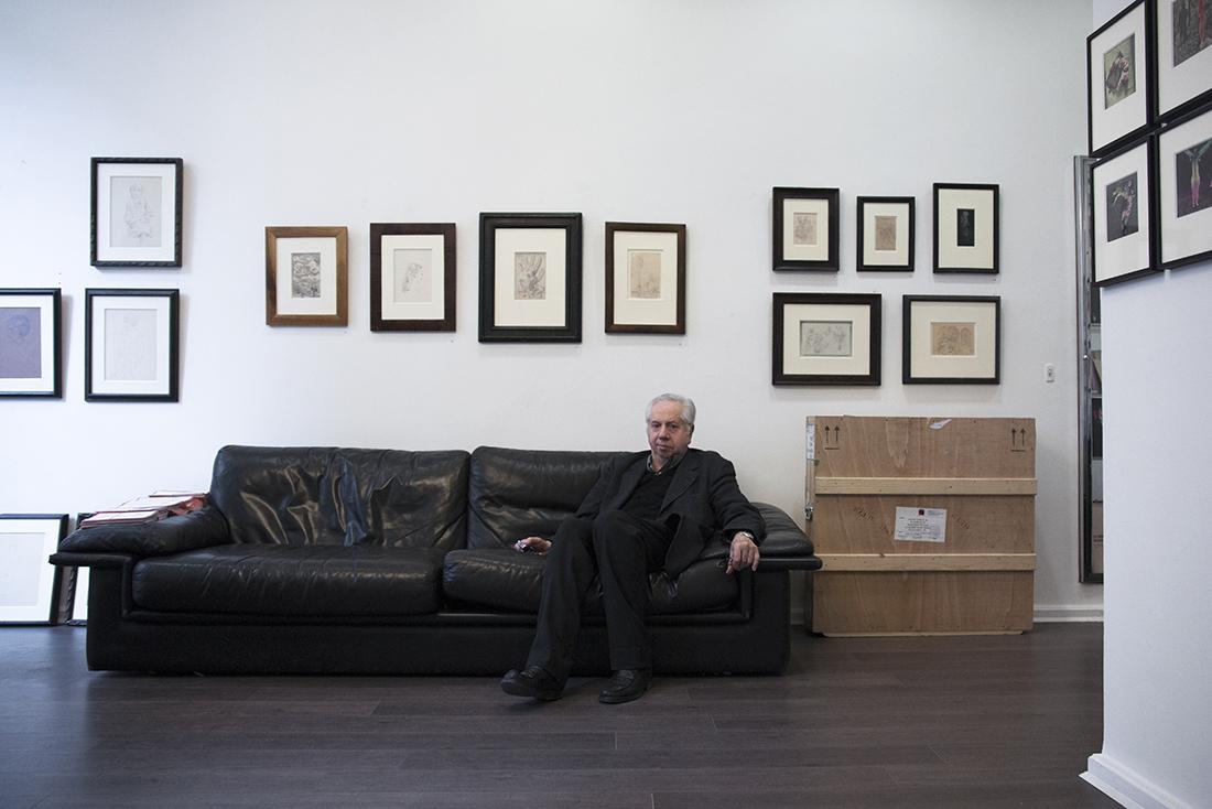 Marcel Fleiss dans sa galerie 1900-2000, rue Bonaparte à Paris. Photo : Yann Revol