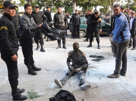 Après l'immolation d'un vendeur ambulant, dans une rue principale de Tunis.