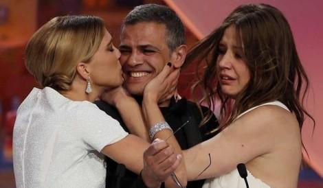 Abdellatif Kechiche, entouré de ses deux comédiennes, Léa Seydoux et Adèle Exarchopoulos, a remporté la Palme d'Or pour La Vie d'Adèle