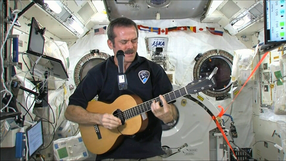 Chris Hadfield au sein de la Station spatiale internationale.
