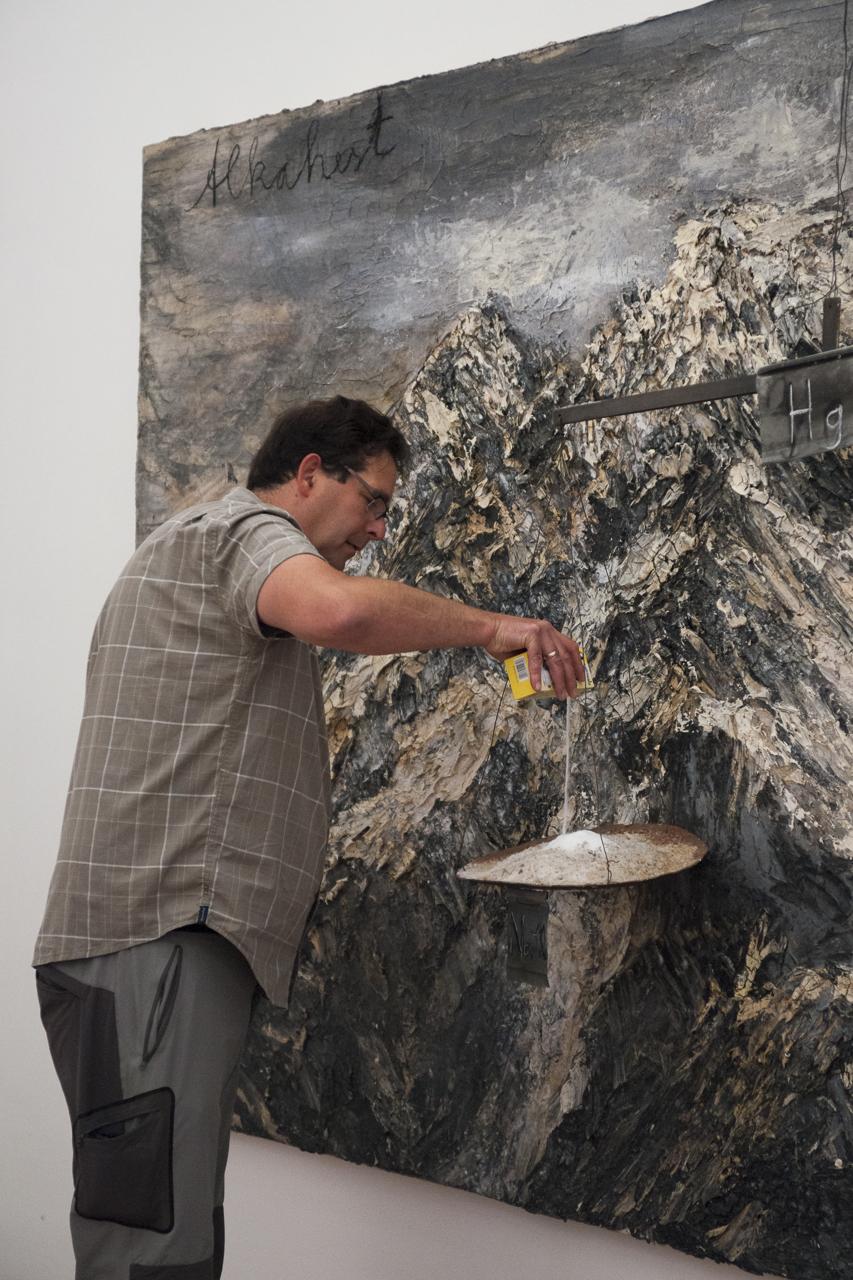"""Karl Meisenberg finalisant la mise en place de """"Alkahest"""" de Anselm Kiefer"""