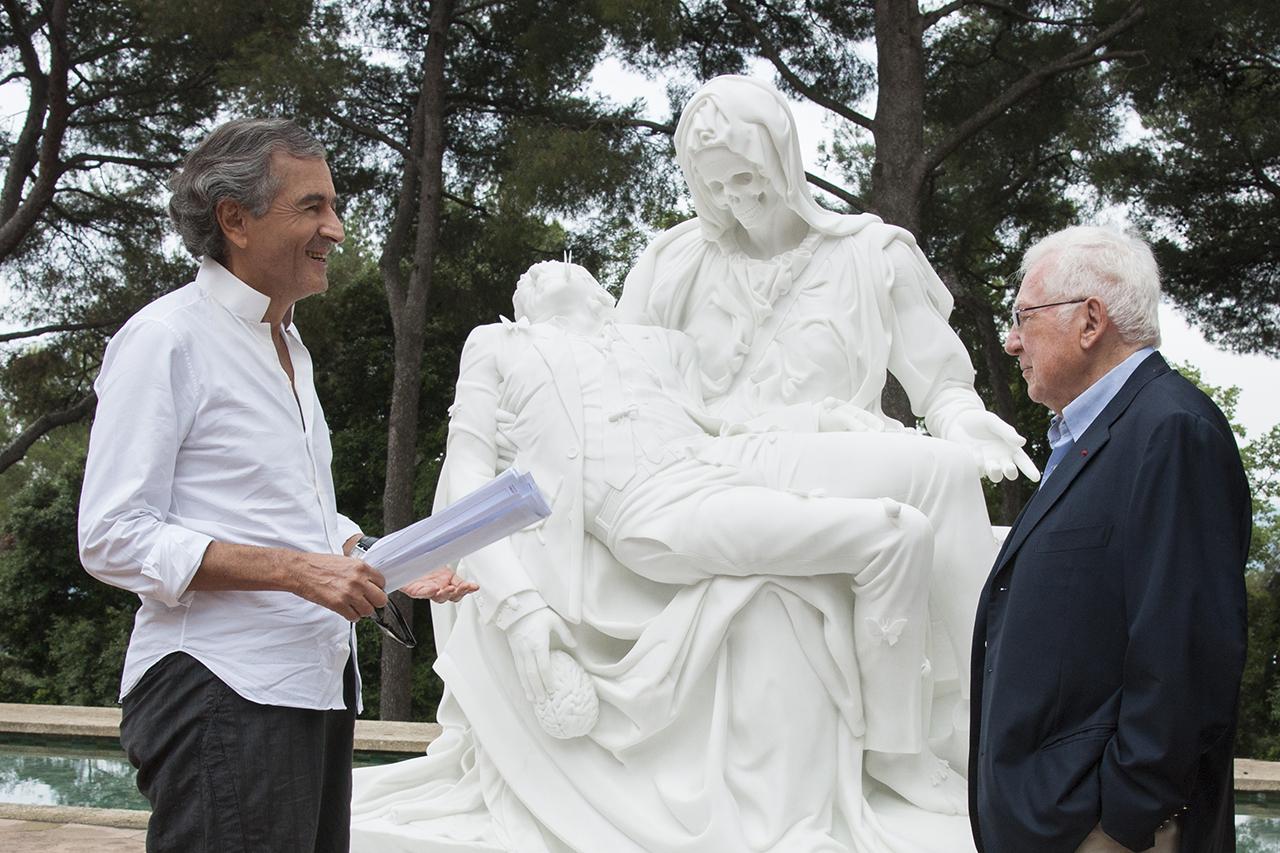 """Bernard-Henri Lévy et Adrien Maeght devant """"La Pietà"""" de Jan Fabre"""