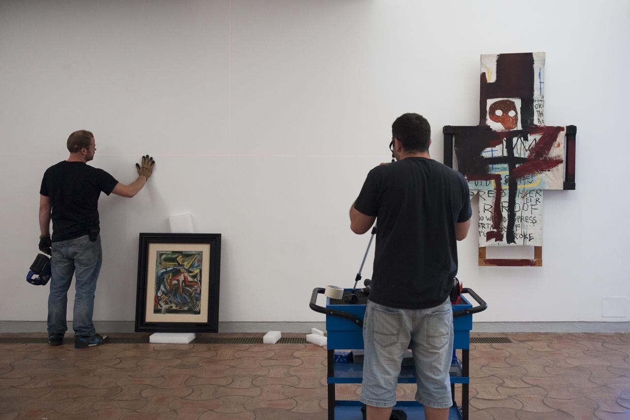 """Accrochage de """"Crucifixion"""" de Jackson Pollock aux côtés de """"Crisis X"""" de Jean-Michel Basquiat. Photo : Yann Revol"""