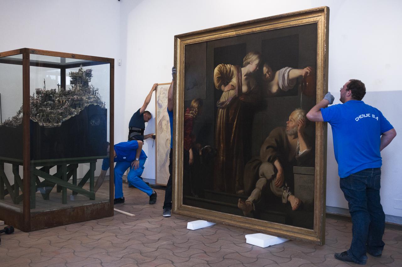 """L'installation de la vitrine contenant l'oeuvre de Jake et Dinos Chapman, conçue spécialement pour l'exposition """"Les aventures de la vérité"""", et l'accrochage de la toile """"Socrate, ses deux épouses et Alcibiade"""" (1675) de Reyer Jacobsz van Blommendael. Photo Yann Revol"""