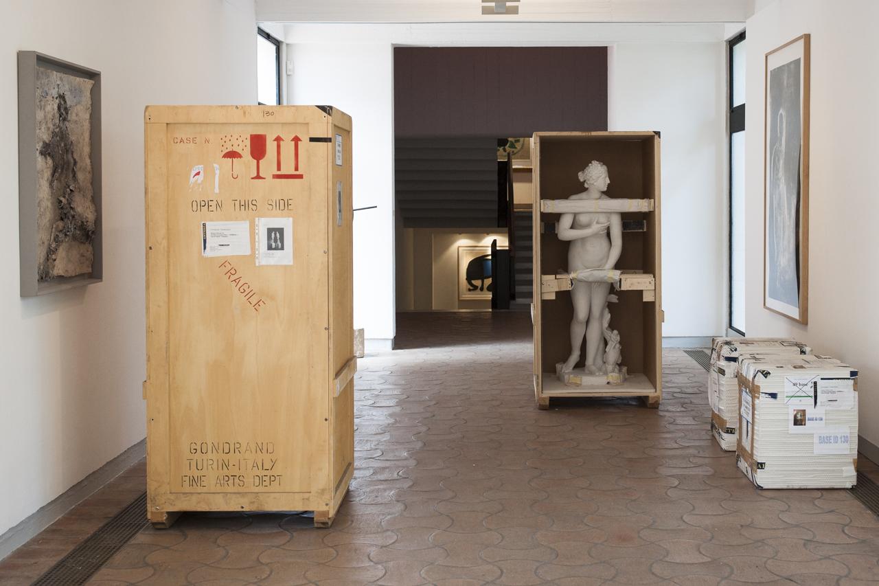 """Caisses avec les """"Mimesi"""" (1975-1976) de Giulio Paolini - deux statues de plâtre"""