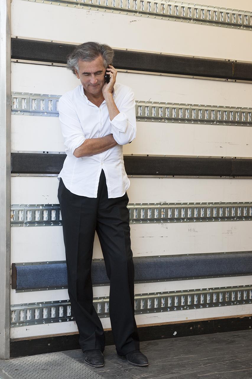 Bernard-Henri Lévy au téléphone dans un camion de livraison livraison des oeuvres, Fondation Maeght, Saint Paul de Vence