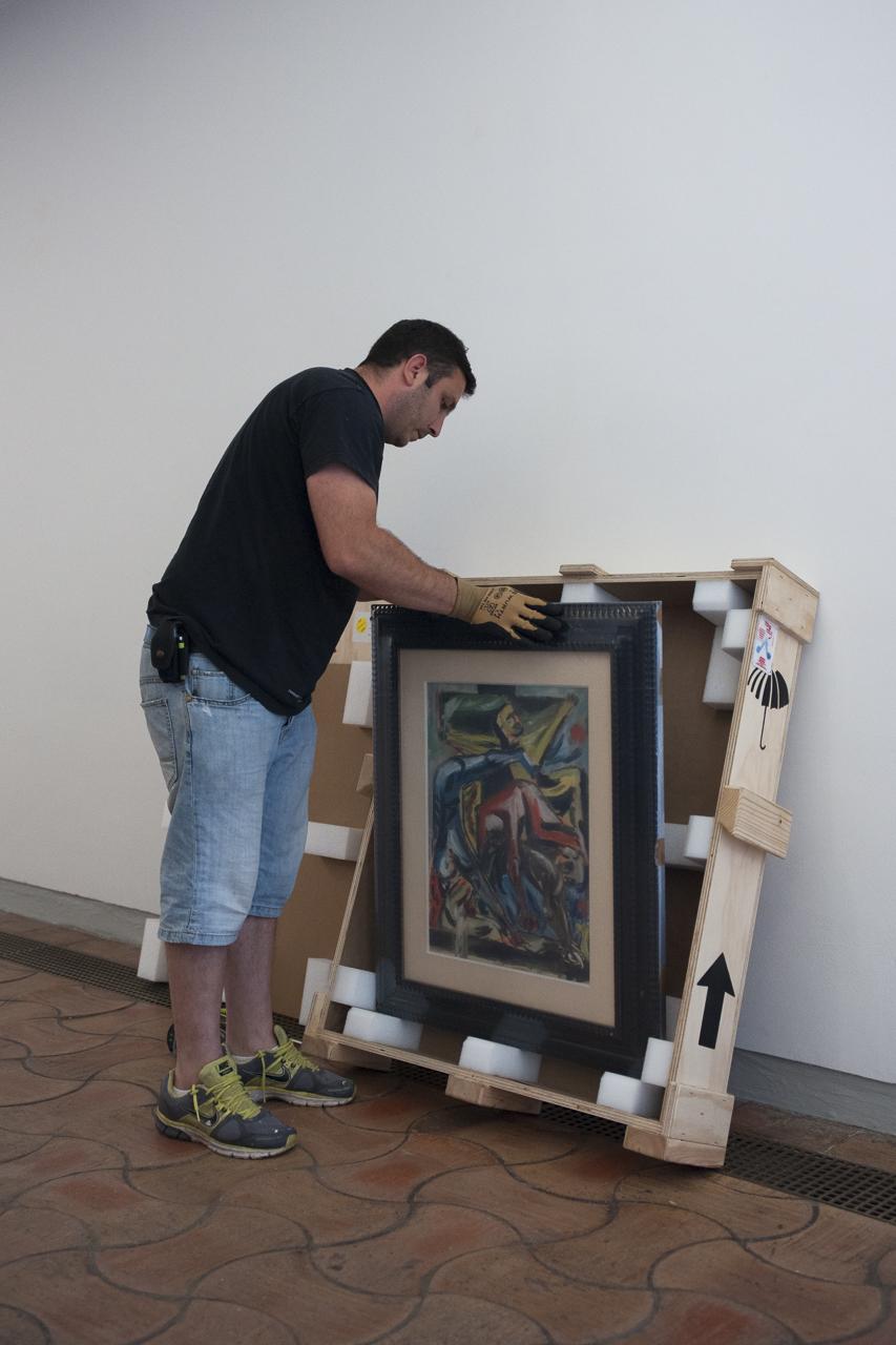 """Julien Canovas (Regisseur) sortant """"Crucifixion"""" de Jackson Pollock. Photo : Yann Revol"""