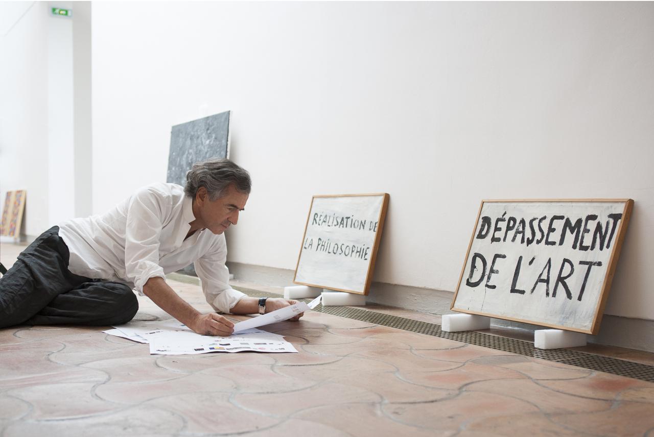 """Bernard-Henri Lévy devant """"Directive n°1"""" et """"Directive n°2"""" de Guy Debord, Fondation Maeght, Saint-Paul de Vence. Photo : Yann Revol"""