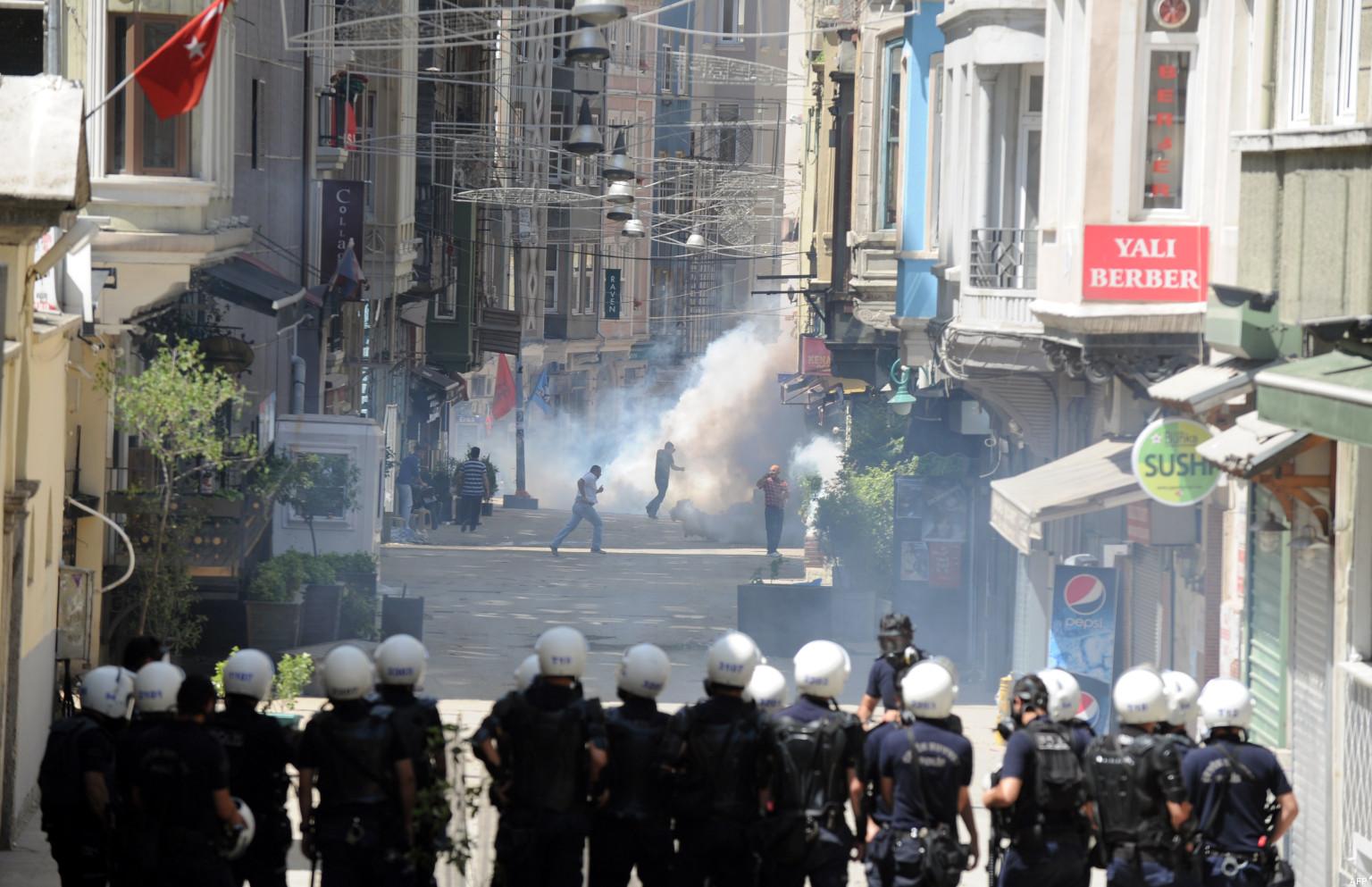 De violents affrontements ont eu lieu à Istanbul entre les forces de l'ordre et les manifestants, protestant contre le gouvernement islamo-conservateur turc.