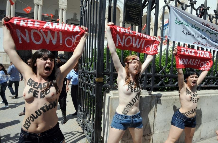 Les Françaises Pauline Hillier, Marguerite Stern et l'Allemande Josephine Markmann, le 29 mai, devant le tribunal de Tunis. Les trois membres du mouvement des Femen étaient venues soutenir leur camarade, Amina Sboui, poursuivie pour «atteinte aux bonnes mœurs», «profanation» et «association de malfaiteurs».