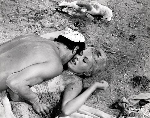 """Scène du film """"Les oiseaux vont mourir au Pérou"""", film de Romain Gary avec Jean Seberg"""