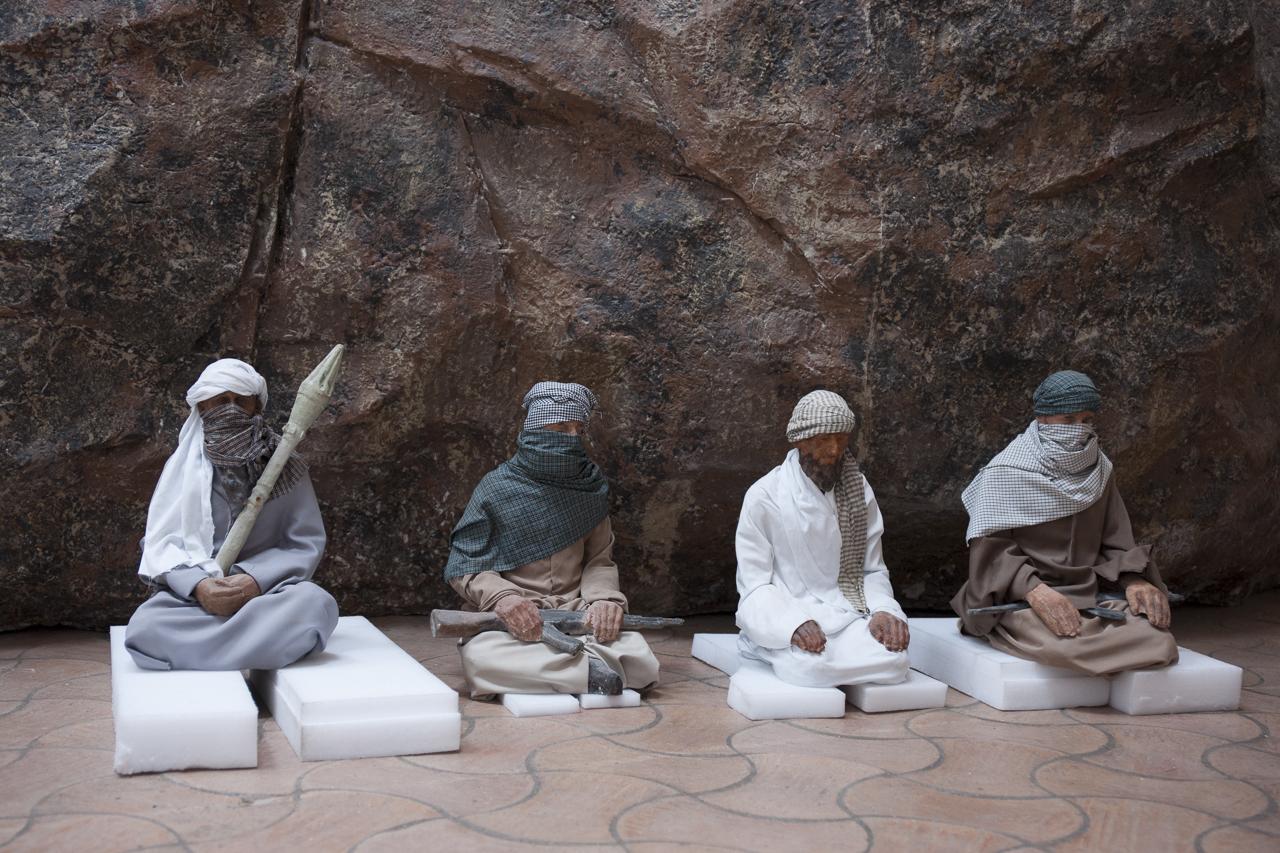 """Talibans en attente d'être intégrés à l'instalation la """"Caverne de Platon"""" de Huang Yong Ping. Photo : Yann Revol"""