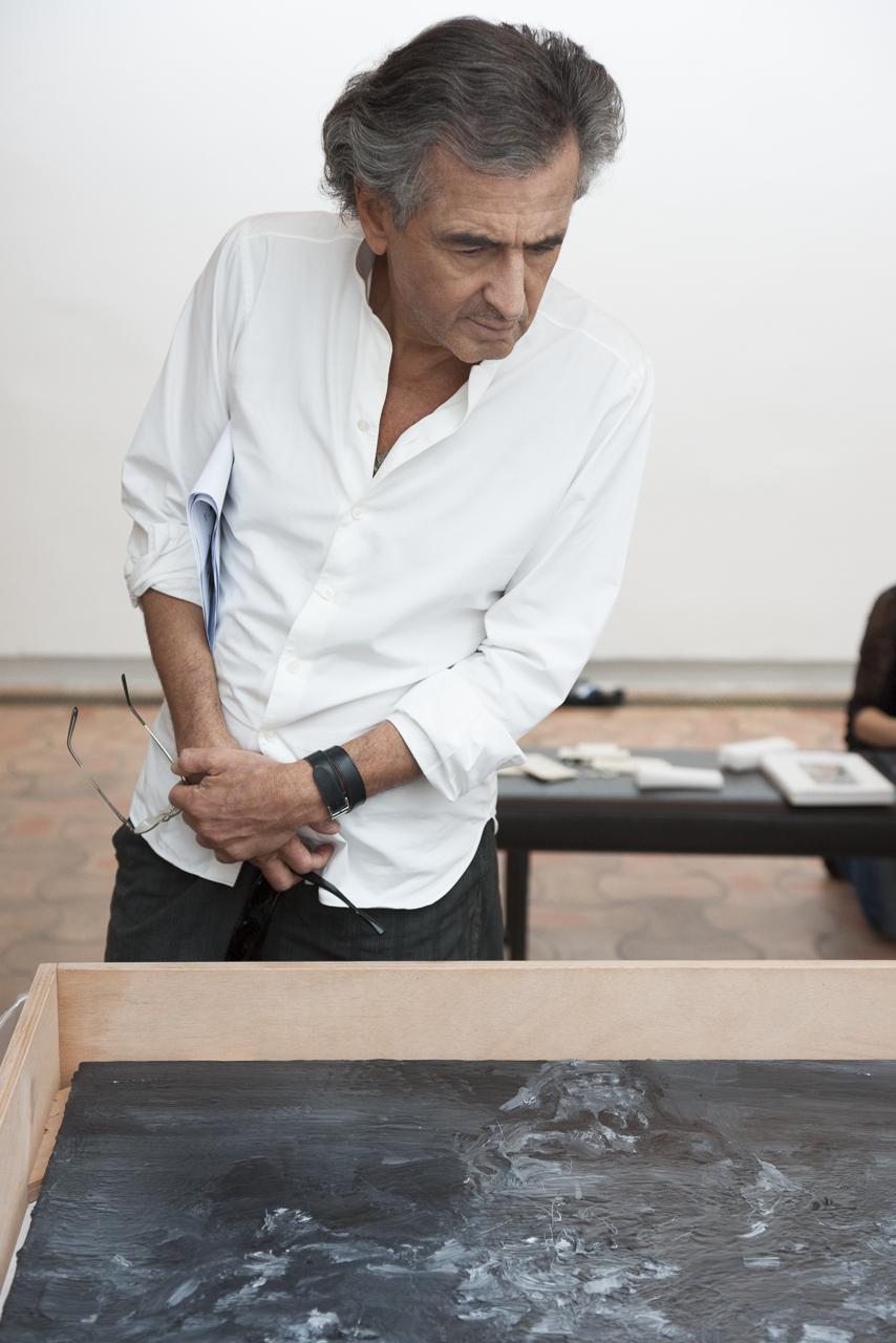 """Bernard-Henri Levy devant """"bouquet de fleurs pour les morts"""" (2013) de Yan Pei-Ming."""