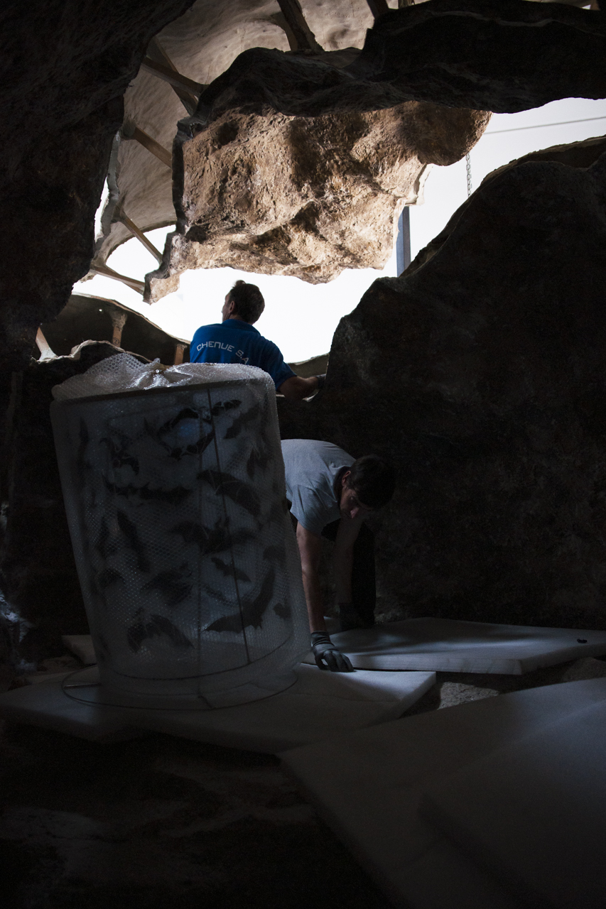 "Montage de la ""Caverne de Platon"" de Huang Yong Ping. Photo : Yann Revol"