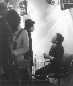 Meret Oppenheim au vernissage de l'exposition de Spoerri en 1972