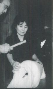 Performance de Yoko Ono avec l'aide de Keith Haring, Ecole des Beaux-Arts, 1989