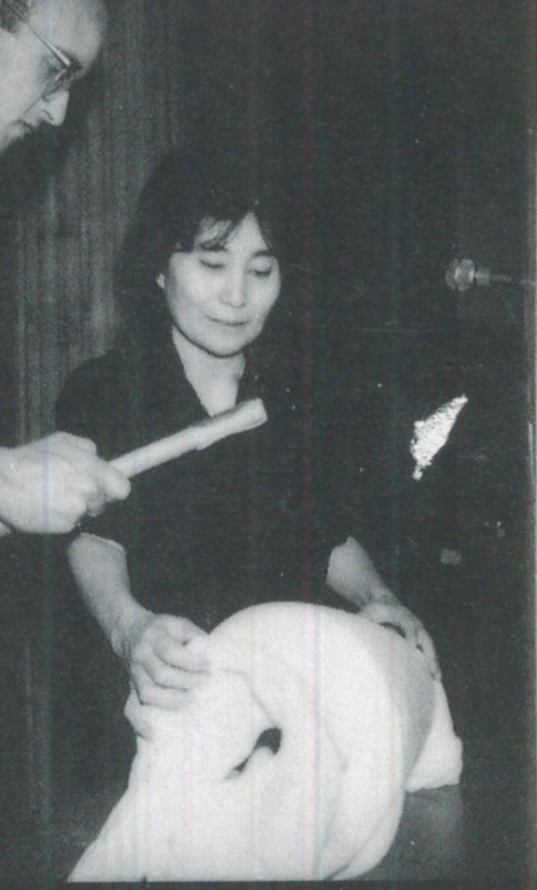 19-2-Performance-de-Yoko-Ono-avec-l-aide-de-Keith-Haring-Ecole-des-Beaux-Arts-1989