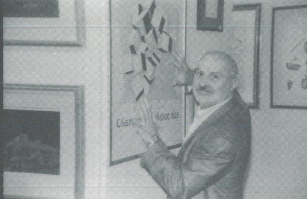 22-2-Arman-avec-son-affiche-de-Duchamp-à-la-FIAC