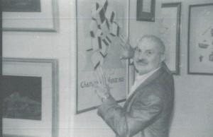 Arman avec son affiche de Duchamp à la FIAC
