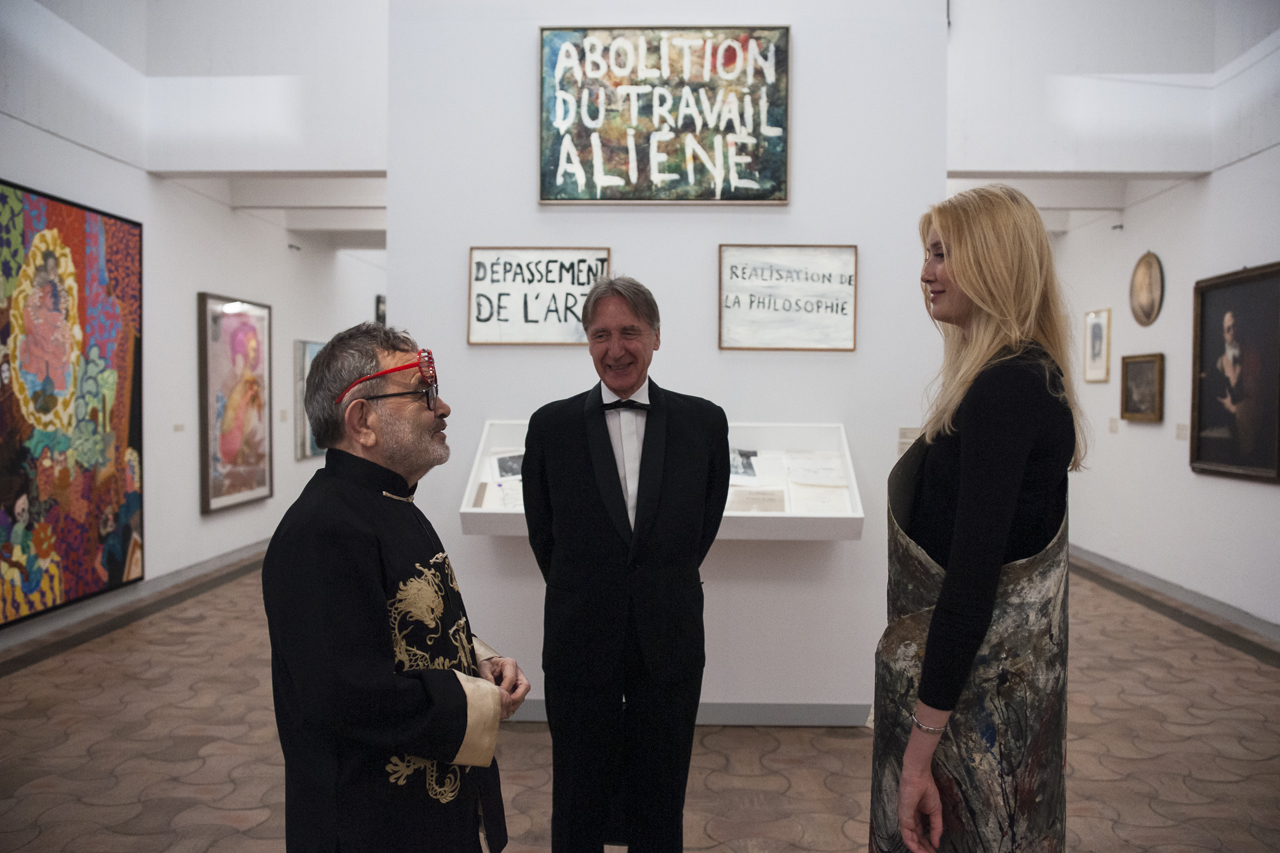 Fernando Arrabal et François Letailleur devant une toile de Giuseppe Pinot-Gallizio présentée sur mannequin vivant, Fondation Maeght, Photo Yann Revol