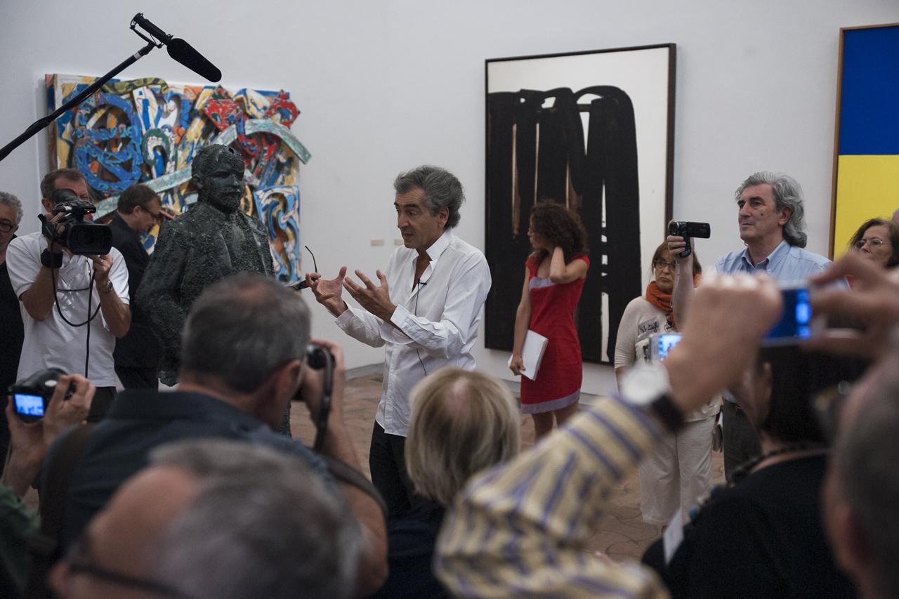 """Bernard-Henri Lévy présente l'exposition """"les aventures de la vérité"""" à la presse"""