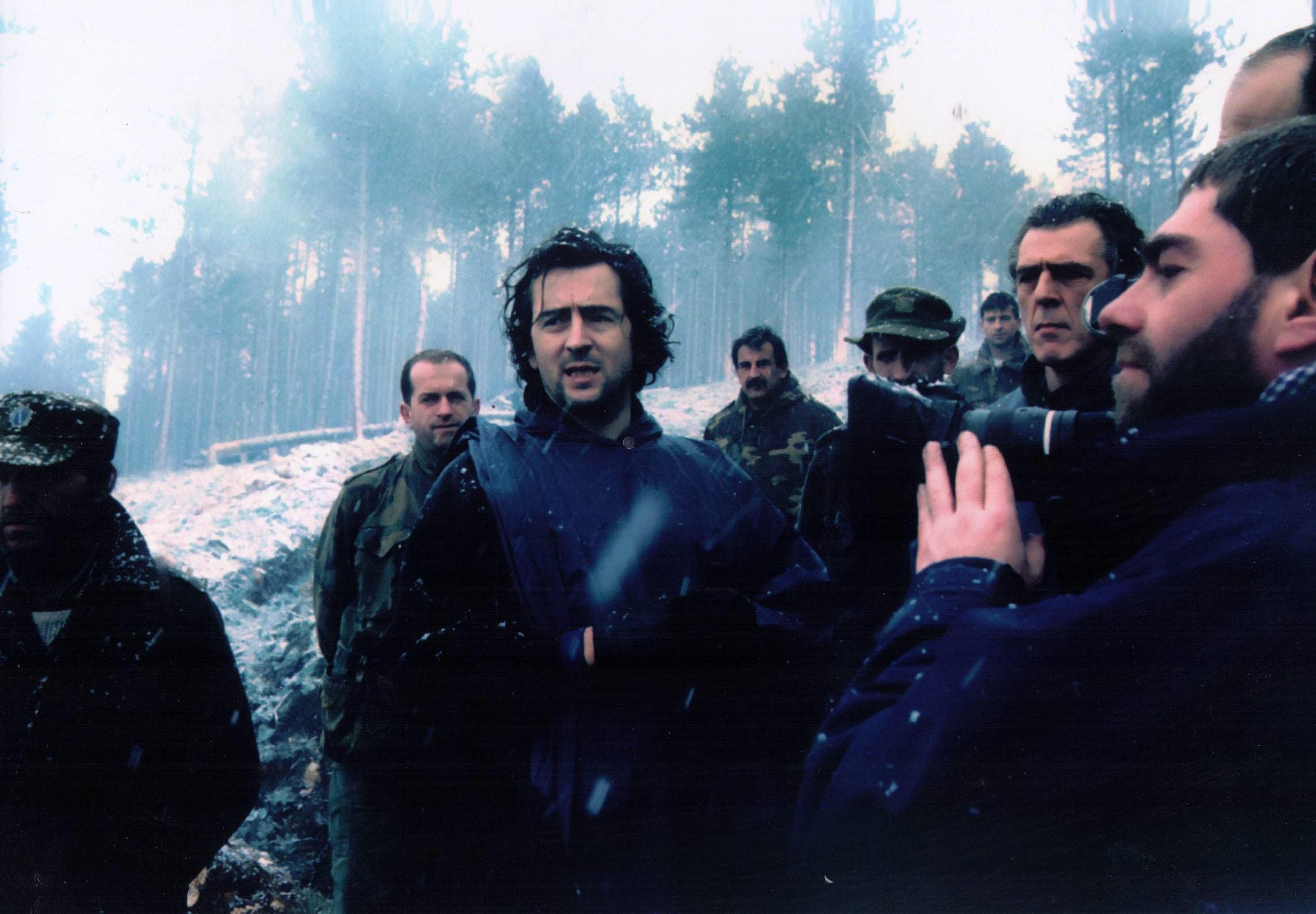 "Bernard-Henri Lévy lors du tournage de ""Bosna !"" à Sarajevo, en 1993. (c) Alexis Duclos"