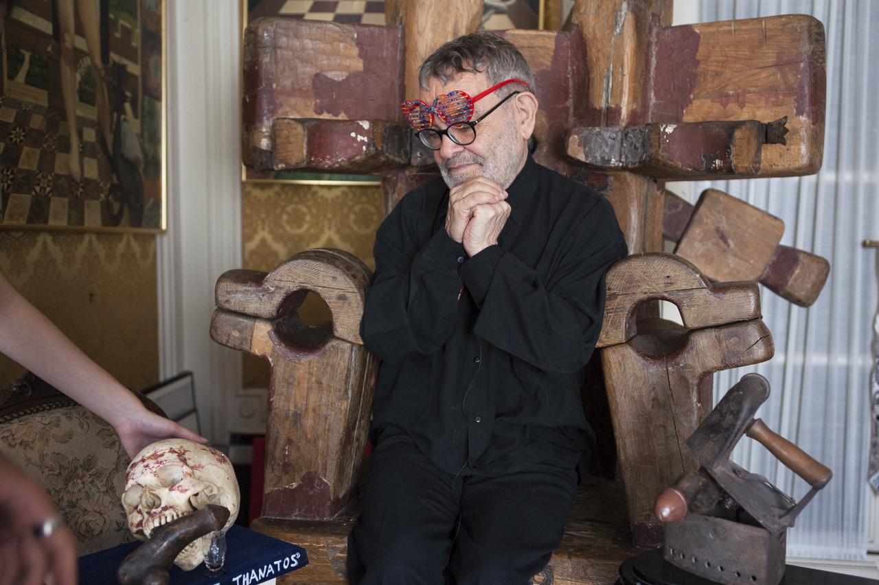 """Fernando Arrabal à son domicile, devant le Poème plastique """"Eros et Thanatos"""". Photo : Yann Revol"""