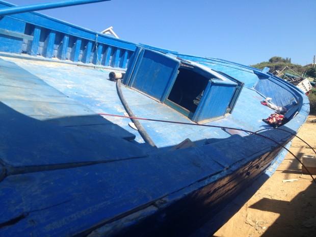 Cimetière des bateaux de boat-people à Lampedusa. Barcasse semblable à celle du naufrage du 3 octobre. Photo : François Dufour