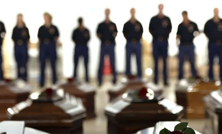Les cercueils des naufragés rassemblés dans un hangar de l'aéroport de Lampedusa le 5 octobre 2013.