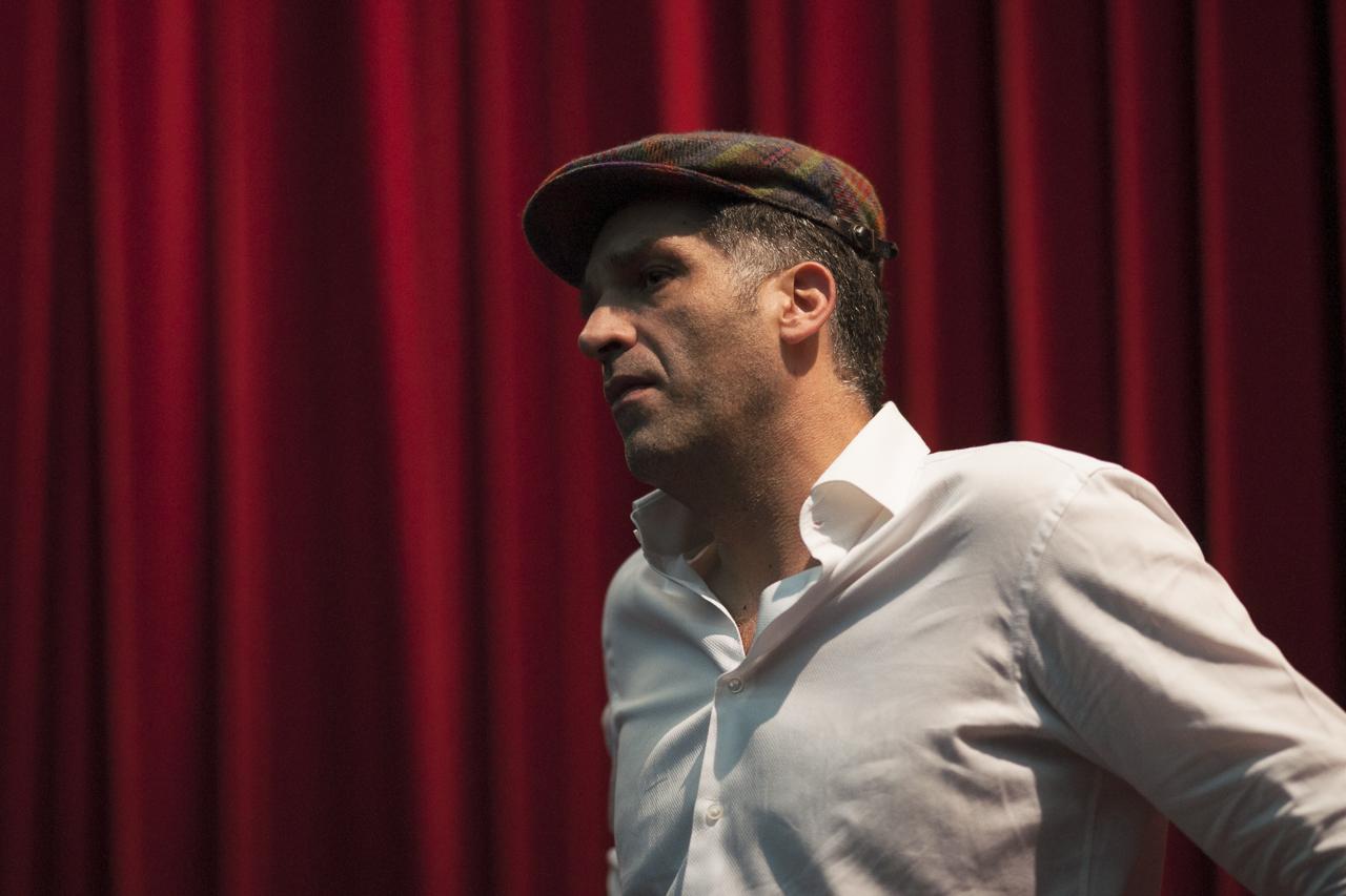 """Danis Tanovic lors de l'avant-première de """"Un épisode dans la vie d'un ferrailleur"""". Photo : Yann Revol"""