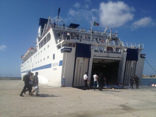L'un des ferries qu'utilisent les réfugiés qui arrivent à Lampedusa, pour se rendre en Sicile. Photo : François Dufour