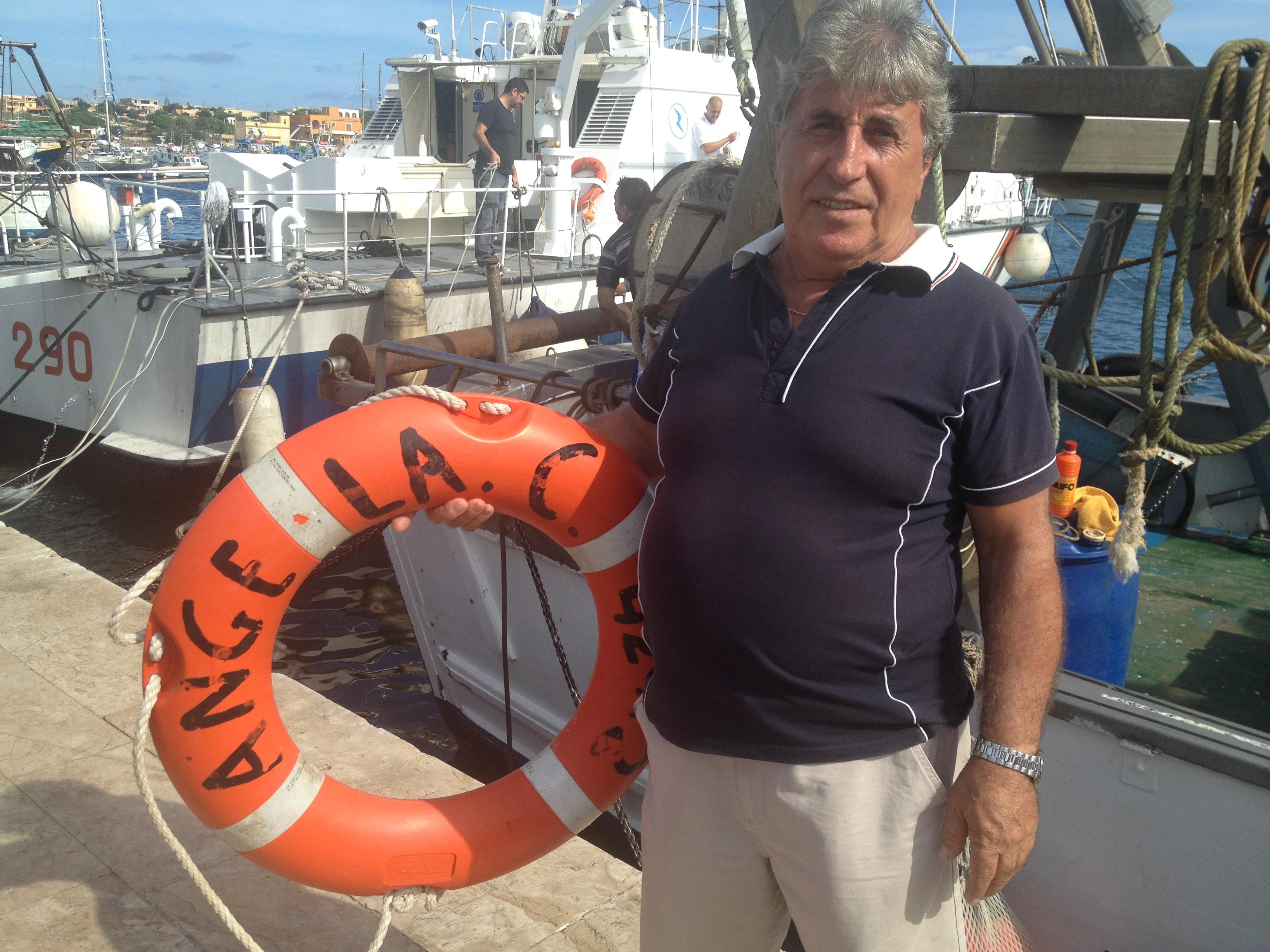 Raffaele Colapinto, pêcheur. Il commandait le deuxième bateau arrivé sur le lieu du naufrage. Il a sauvé 18 réfugiés. Ici, avec l'un des deux gilets de sauvetage de son bateau de pêche Angela ayant servi le jour du naufrage. Le 20 octobre 2013. Photo : François Dufour
