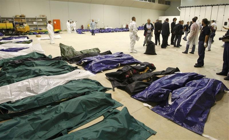 Corps trouvés par les sauveteurs italiens après le naufrage au large de Lampedusa d'une embarcation transportant des migrants. Le 3 octobre 2013