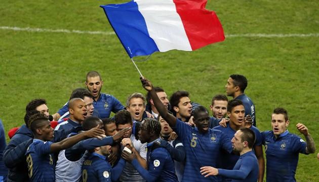 L'équipe de France fête sa qualification pour la Coupe du monde 2014 au Brésil, le 19 novembre 2013