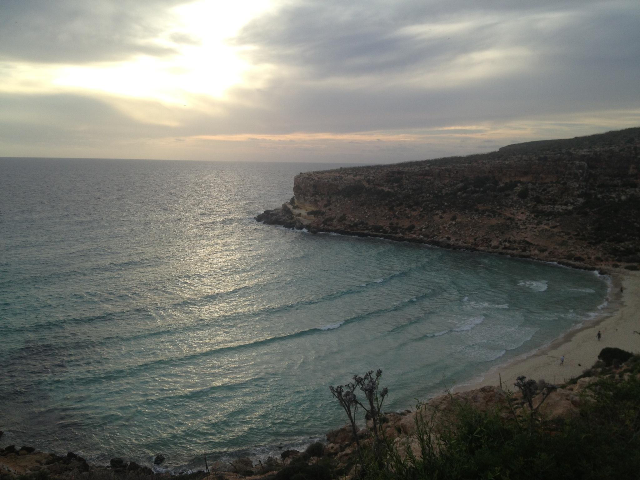 La plus célèbre plage de Lampedusa : la Plage des Lapins. C'est là que le dernier cadavre du naufrage du 3 octobre a été retrouvée le 20 octobre 2013.