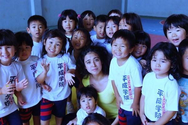 Elisa Ohtake entourée par les jeunes qui ont participé aux deux performances.