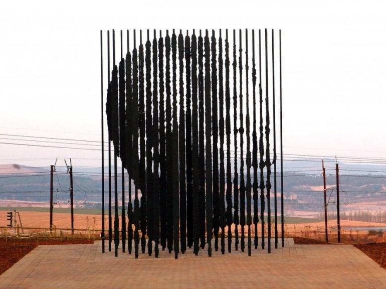 """Nelson Mandela s'éteint le 5 décembre 2013, à l'âge de 95 ans. L'icône de l'Afrique du Sud avait subi récemment plusieurs hospitalisations en raison de problèmes pulmonaires. Photo de la sculpture à l'effigie de """"Madiba"""" réalisée par Marco Cianfanelli, à Howick, en août 2012."""