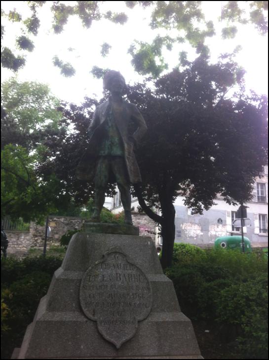 Erigée le 3 septembre 1905 par Georges Clemenceau face au Sacré-Cœur, la statue du Chevalier de la Barre, occupe depuis 1926, le petit square Nadar, à 100 mètres de là, où elle est sans doute moins gênante pour l'église catholique.