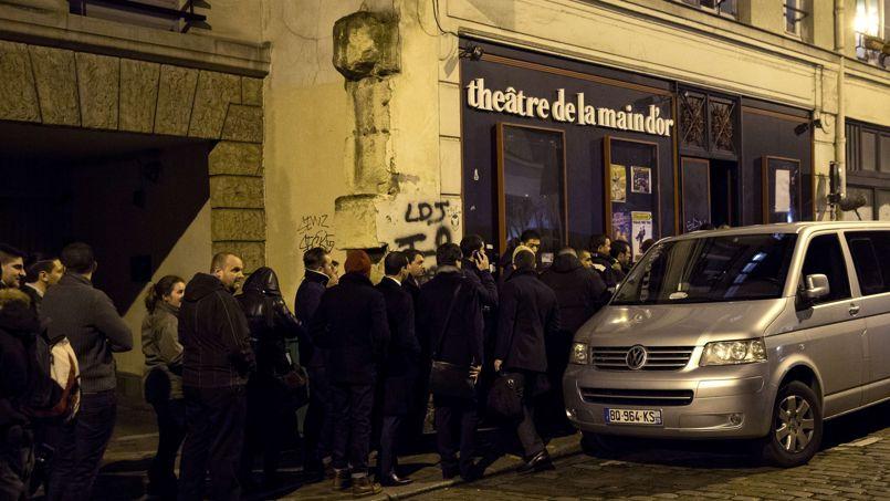 """Public devant le théâtre de la Main d'or, hier, lors de la représentation du """"nouveau"""" spectacle de Dieudonné."""