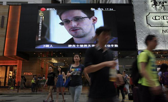 Un reportage sur Edward Snowden est diffusé dans un shopping center à Hong Kong.