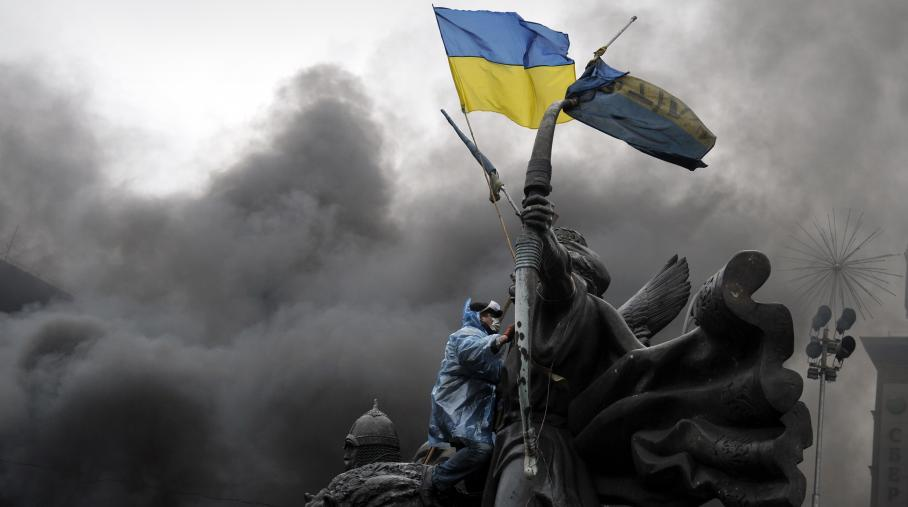 Un manifestant à Kiev brandit un drapeau ukrainien. Le 20 février 2014.