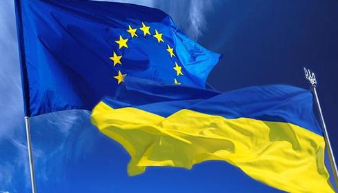 Les drapeaux Européen et Ukrainien
